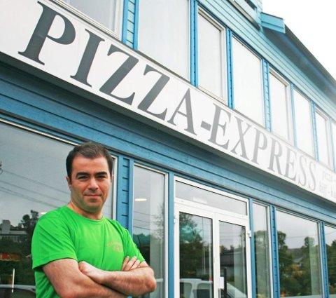"""PIZZABAKER: Vahid Khoshkhabari har drevet pizzarestaurant over """"halve Tromsø"""". Her utenfor Pizza Express i 2012. Foto: Andreas Høyer"""