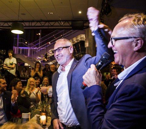 Sanden: ØPs Nils-Erik Kvamme hyller ordfører Rune Høiseth på valgkvelden. Mandag leder Kvamme folkemøtet på samme sted.