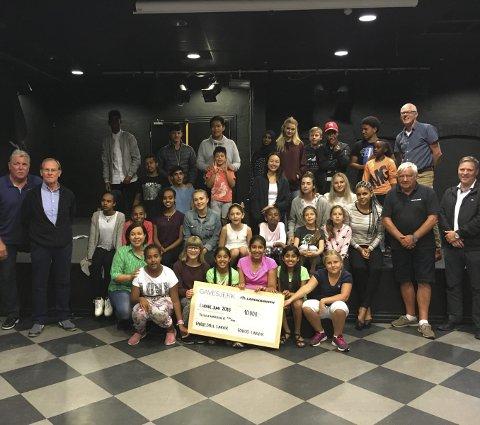 Mange samlet: På bildet er noen av aktørene i Fargespill.privatfoto