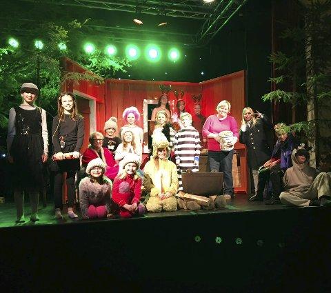 Klare: Denne gjengen er klare for å lage skikkelig julestemning i Hvarnes på søndag.Foto: Hanne B. Odberg