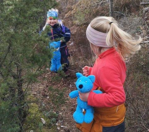 Barnas turlag: Turbo er veldig glad for alle barn som var ute og fant turbopostene i påsken. Her er Agnes (4) og Mille (4) på tur.