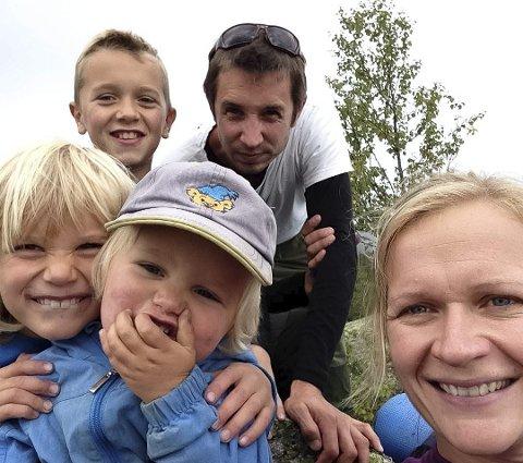 Familiebildet er privat, men benyttet i saken  etter tillatelse. Her er sønnene Gudbrand (12), Sigurd (9) og Peder (4) med. Kanskje en av disse blir en bonde med gård i skråningen?