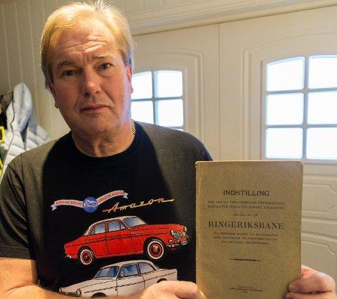 GAMMEL PLAN: Arve Larsen fant et planhefte fra 1921 om Ringeriksbanen.  Skummelt å tenke på hvor mye penger som er brukt på dette gjennom mer enn 100 år, sier han.