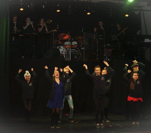 Hands up: Snilerevyen byr raust på ungdommelig energi og et åttemanns orkester som løfter det meste.Foto: Ola Einbu