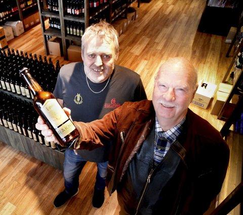 I butikk: Olav Grjotheim og Bjørn Erik Nyberg er blide fordi Kong Rakne nå har fått sitt eget øl. Begge foto: Øyvind Mo Larsen