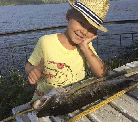 Gjeddefisker: Lucas Leander Dahl Skogsberg (7) sto opp grytidlig om morgen og fanget denne gjedda på Enebakkneset.