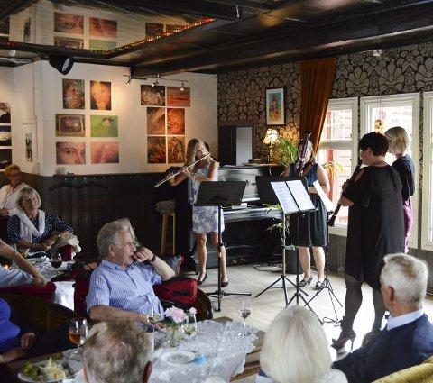 Fullt hus: Sandefjord Blåsekvartett spilte klassisk musikk for fullt hus under lørdagens sprudlende konsert på Thaulows cafe og bar.