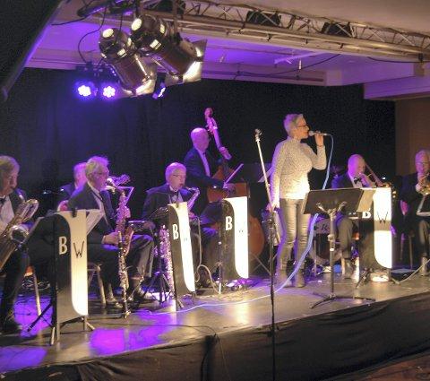 Lagde god stemning: White and Black Orchestra og vokalist Jeanette Kristiansen leverte. Begge foto: julia d. Horn