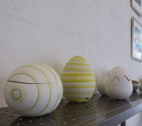Eggne verk: Maja Floods påskeegg i keramikk er et fast innslag under påskeutstillingen. Begge foto: Hanne B. Olsen