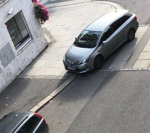 IKKE LOV: Å stå parkert på et fotgjengerfelt er ulovlig.
