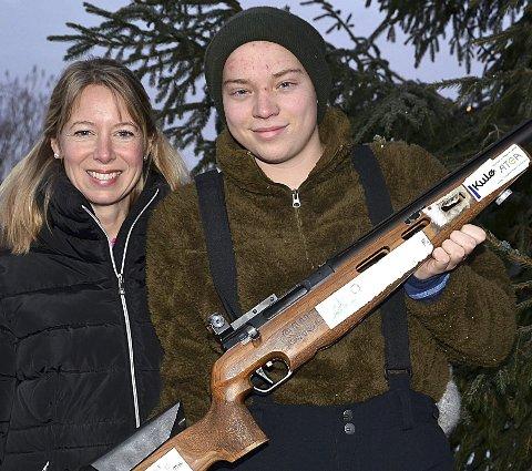 REISTE LANGT: Spydebergingen Simon Myhren (17) reiste helt fra Vest-Telemark for å debutere som feltskytter i Trøgstads stevne søndag. Her med mamma Malin Myhren, som fungerte som sjåfør. Pappa Roy Myhren lager for øvrig ammunisjon for Simon.