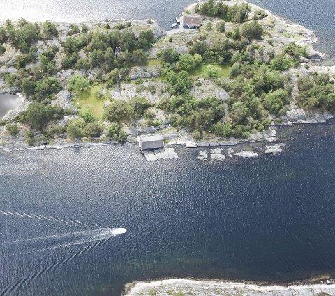 FURUHOLMEN: Øya i Stølefjorden i Kragerø har en prislapp på 9,5 millioner.