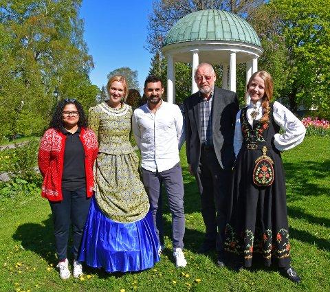 KLARE FOR INNRYKK: For mange er det en tradisjon å besøke parken på nasjonaldagen. Vanessa Oliveira, Linnea Dale, Aziz Chaer, Harald Kittilsen og Erine Amundal  bidrar alle denne dagen.