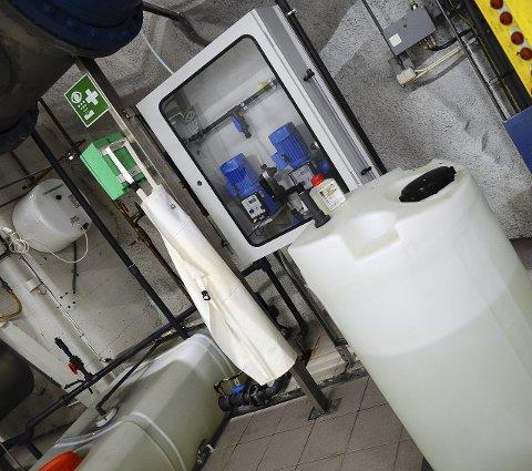 Én tank med sitronsyre for rengjøring, og én med klor installert som reserve for desinfeksjon om UV-anlegget ikke skulle virke.