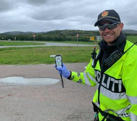FORNØYD: Politiet hadde god grunn til å glise etter onsdagens promillekontroll i Nærøysund.