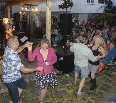 Danset: Det var riktig god stemning under konserten søndag kveld, og selv om Museumshaven ikke har mye danseplass å by på, var det noen som fikk svingt seg. Foto: Øystein K. Darbo