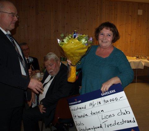 Siw Johannessen mottar sjekken til Jarls ungdomsfond.