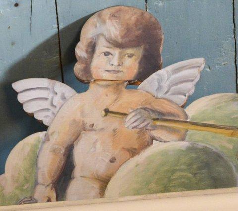 Hvis du kikker godt etter inni kirkebygget, vil du oppdage denne engelen, som mange mener er prikk lik en ung Gro Harlem Brundtland. Arkivfoto