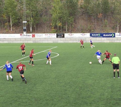 Kjemping: Valdres FK/Fagernes spilte 3–3 mot Lunner FK/Hadeland KFK søndag på Blåbærmyra. Dommer Svenn Olav Fossholt fra Hedalen i grønt.