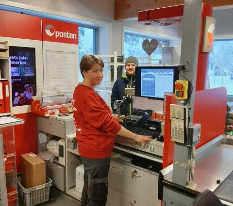 Pakker: Sonja Sletli hjelper en kunde på Matkroken i Etnedal.