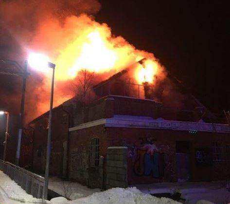 Politiet har lagt ut et bilde fra brannen i Spydeberg i natt.