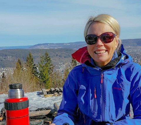 Tove Krogh har jobbet i 15 måneder intense måneder på koronaisolatet ved Drammen Sykehus, men når hun har fri setter hun stor pris på å komme seg ut på tur med familien med hengekøye eller telt i Konnerud-marka.