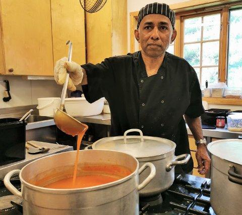 Internasjonal: George Cecil Holmes fra India ser fram til å bruke sommeren til å servere gjester på Innerdal Turisthytte både eksotiske og norske middagsretter.