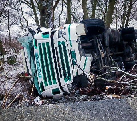 Lastebilen fekk store materielle skader, men sjåføren skal ha kome seg frå ulukka utan skader.