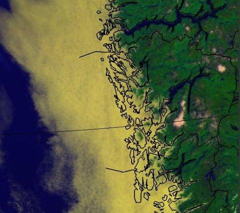 Dette satelittbildet ble tatt onsdag. Det gule feltet er tåke.