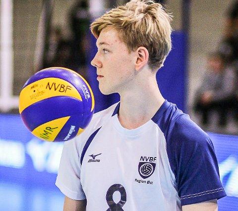 SATSER HARDT: Det er volleyball fra morgen til kveld for Syver Drolsum Klungsøyr på volleyball-gymnaset i Suldal.