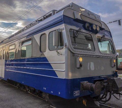 Har kjøpt tog: Dette togsettet som har plass til inntil 270 passasjerer har Taraldsvik Maskin anskaffet for å kunne drive charter- og turisttog på Ofotbanen. Foto: Taraldsvik Maskin/Arctic Train/Jens M. Magnussen