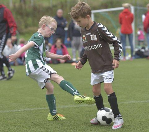 DUELL: Kamp om ballen i oppgjøret mellom Ørn og Barkåker.