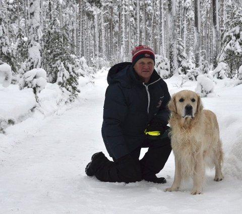 TURKAMERATER: Rune Stenslette og hunden Dennis er ofte på tur. Nå er målet hans å få folk ut på 10.000 gåturer i løpet av 2019.