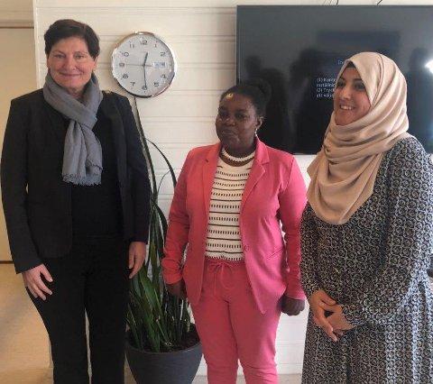 Torpråklige lærere: Direktør Libe Rieber-Mohn sammen med to av lærerne.