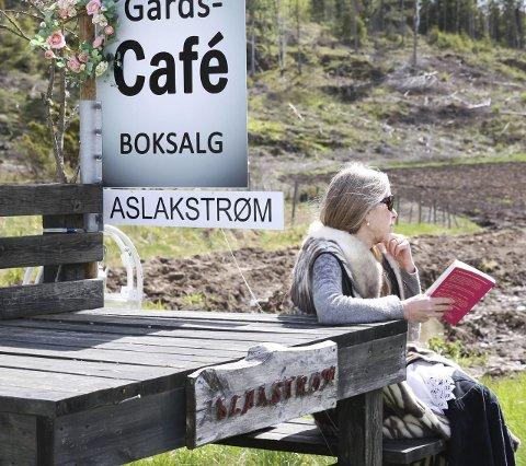 BØKER: Sissel Margrethe Børke slapper av med ei god bok på melkerampa.
