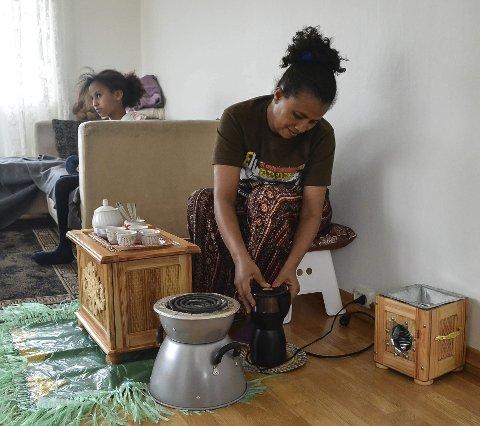 FERSK KAFFE: Vanligvis brenner Furuta bønnene på kull, men ikke innendørs. Datteren Blen (9) ser på eritreisk TV-program.