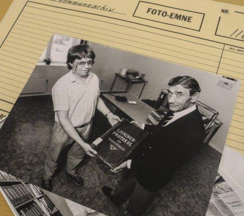 Personer: Bilde fra kommunearkivet. Her viser arkivar Odd Halvorsen (tv) og 1. konservator Vidar Parmer fram en protokoll.