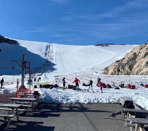 Det ligger an til en drømmehelg flere steder i Hardanger. På sommerskisenteret i Jondal inntar nå flere skilag bakkene. Slik så det ut på breen fredag morgen.