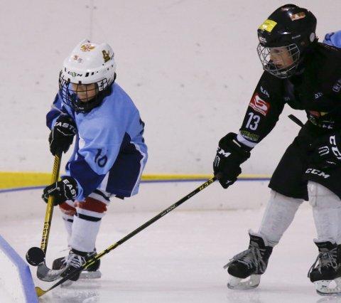 KAMP OM PUCKEN: Haugesund Ishockeyklubbs Nikita Afanasjev  (t.v.) i aksjon.