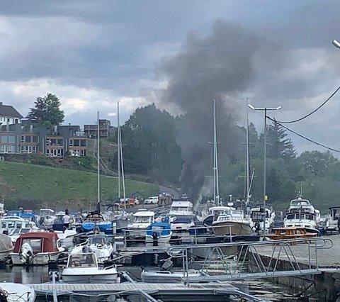 MYE RØYK: Brann i en båt ved havnen innerst i Førresfjorden.