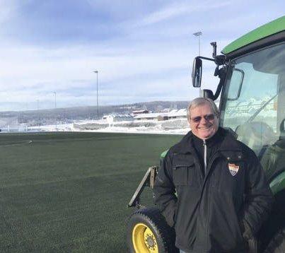 GRØNN BANE: Finn Kleven sørger for at kunstgresset i Idrettsparken er grønt – til tross for den snørikeste vinteren i manns minne. FOTO: PRIVAT