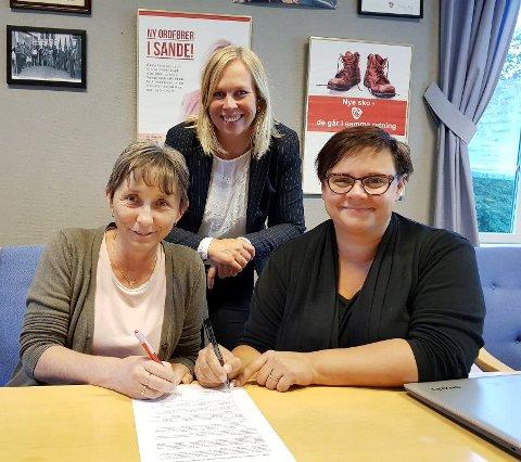 NYTT SAMARBEID: Fellesforbundet i Holmestrand ved May-Lill B.Sandvik og Arbeiderpartiet i Holmestrand og Sande, her ved Kristine Flåtten og Elin Weggesrud, skrev tirsdag under på en samarbeidsavtale.