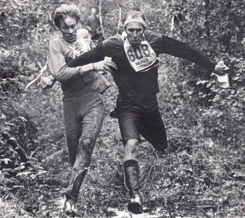 Brytekamp: Eystein Weltzien (til v.) og Ivar Formo i rene brytekampen i o-løypa. Begge har for øvrig blitt tildelt norsk idretts høyeste utmerkelse, Egebergs Ærespris, for kombinasjonen orientering og langrenn. Foto: fra «Skogens tøffe idrett – O-idretten i Norge 1925-2020»