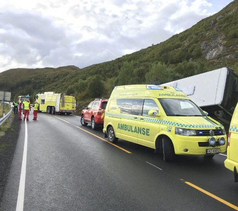 Rykket ut: Politi, ambulanse og brannvesen rykket alle ut til ulykkesstedet på E10 ved Offersøya i Vestvågøy.