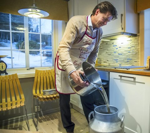 KJØLE NED: Etter at Hjalmar Nørstebø-Solbjør har kokt opp vann og sukker, skal     væsken avkjøles til 37 grader. Det gjøres i et melkespann. Etterpå blandes de andre ingrediensene til ølet i.  FOTO: Heiko Junge / NTB scanpix