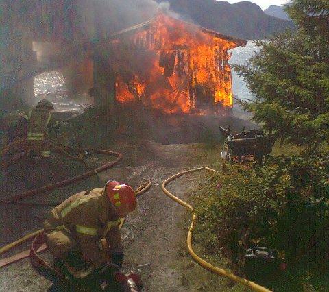 SLUKKINGSARBEID: Brannmannskaper i arbeid på stedet.