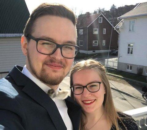 FORLOVET: Øivind Vikeby (28) og Reidun Torske Jenssen (25) forlovet seg på en spesiell måte under koronapandemien i mars i fjor.