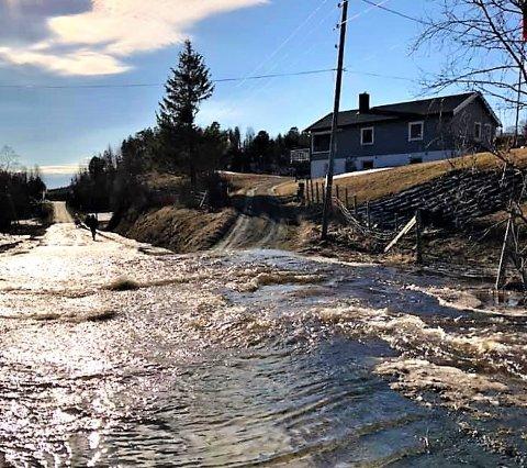 VÅTT: Store mengder smeltevann gjør at veien holdes stengt også tirsdag.