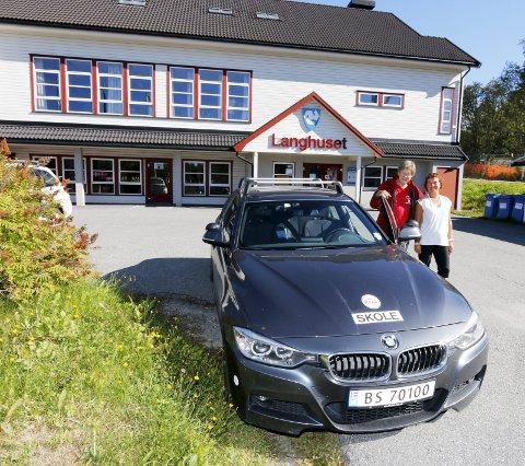 VENTER: Kjørelærer Cato Myhrvold fra Drøbak og seniorkontakt Torgunn Lippestad Dahl i Ski håper mange seniorbilister fra hele Follo melder seg på bilførerkurs 65+ på Langhuset.