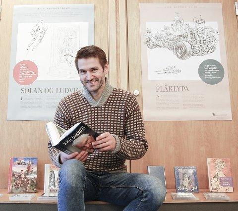 OMGITT AV AUKRUST: Forfatteren Sigmund Løvåsen i Oppegård har levd med Kjell Aukrust i to og et halvt år. Her er han omgitt av Aukrust-universet i biblioteket i Kolben. Utstillingen er i anledning 100-års markeringen for Kjell Aukrusts fødsel.
